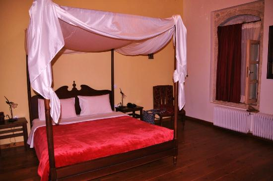 Villa Kerasia: the bedrooms were large and clean with excellent bathroom and good hot water with pressure.