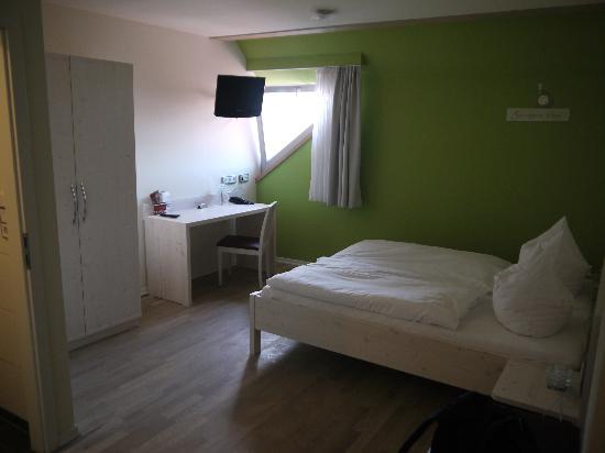 RotHweinHotel: Zimmer mit tollen Parkett