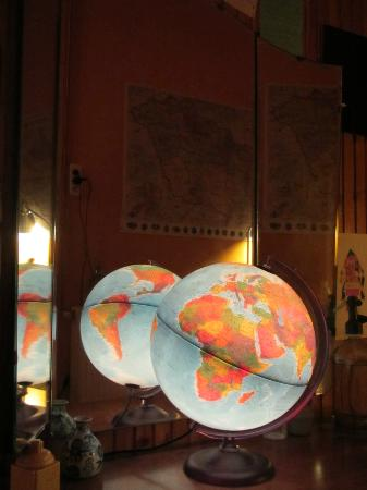 Lavender Circus Hostel: Random globe in the hallway