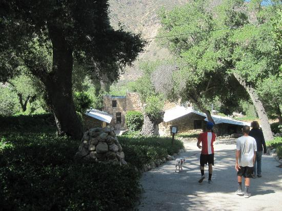Rancho Oso RV & Camping Resort: Old Stone Lodge path