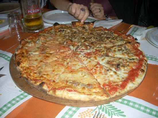 Centro Sportivo Bettini Ristorante: l'enorme pizza tagliata a spicchi