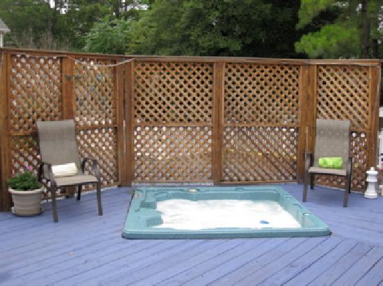 Bewitched & BEDazzled Bed & Breakfast: Sunken Hot Tub in 4000Sq.Ft. Deck