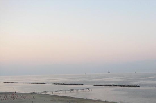 Lido Adriano, Italia: Meer und Städtchensicht vom gleichen Standort aus