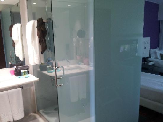 Aquashow Park Hotel : Salle de bain spacieuse : Grande douche, mais pas de baignoire