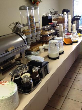 BEST WESTERN Orchard Inn: Photo is missing the waffle maker, yogurt & apples