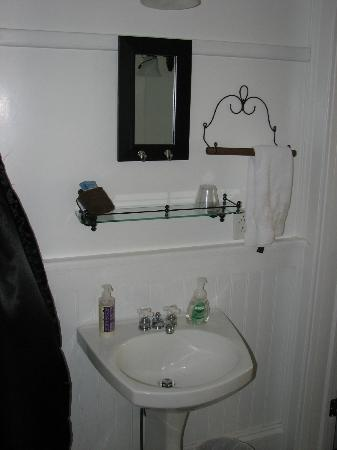 Mineral Point Hotel: Sink area