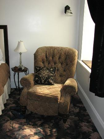 Mineral Point Hotel: Comfy chair inside room.