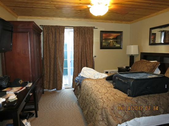 Heavenly Inn Lake Tahoe : Bedroom - 2 small bed pillows - 6 very large decorative pillows