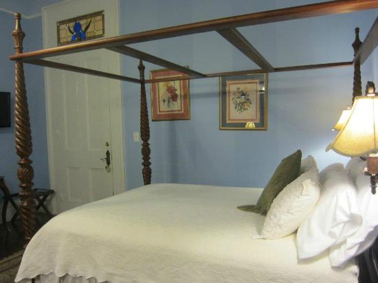 Ashton's Bed and Breakfast: Garden District Room
