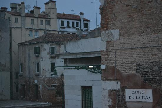 B&B Gli Angeli: View outside the window towards the square