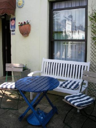 Cornerways Guest House: Bench & chairs for guests