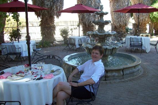 Roughley Manor: An elegant patio breakfast by the fountain