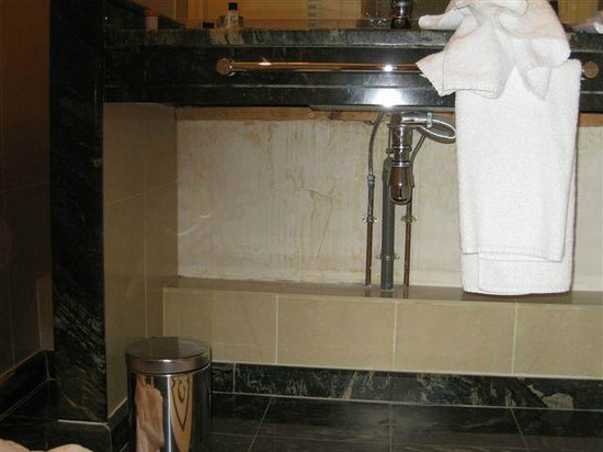Fraser Suites Le Claridge Champs-Elysees: under bathroom sink
