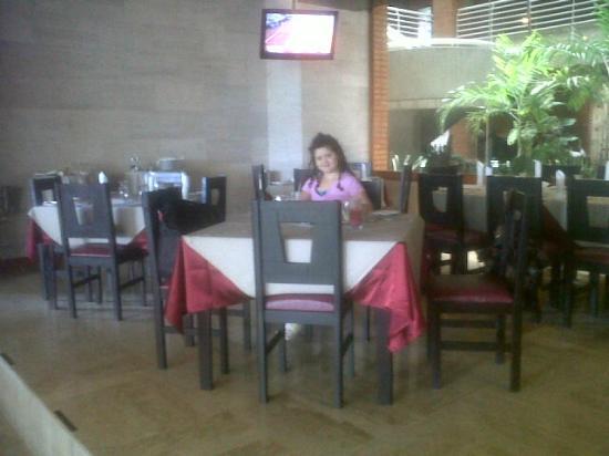 Hotel Jirahara: mi pequena almorzando