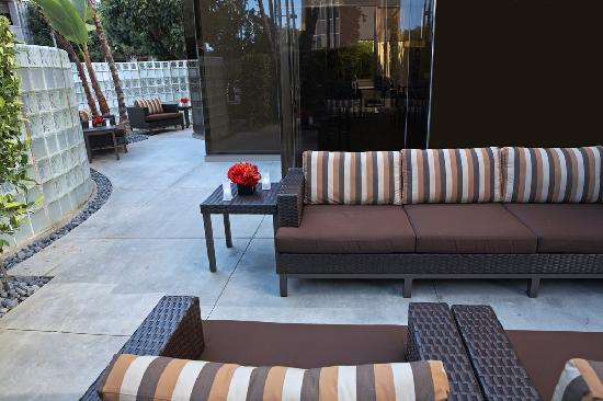 Courtyard Los Angeles LAX/Century Boulevard: Relax and meet in our refreshing Outdoor Space.