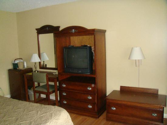 Point Pleasant Manor: King Room-Old TV but had all basic cable channels