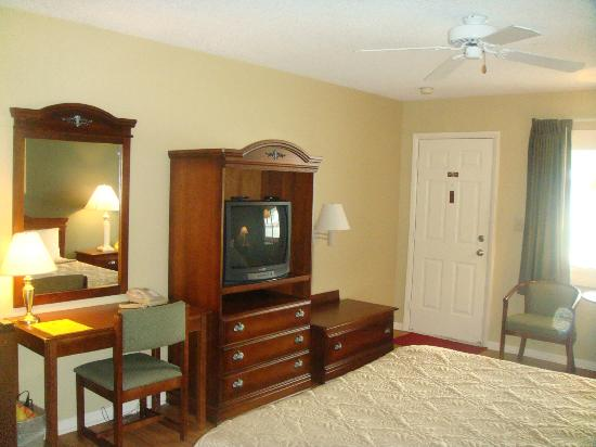 Point Pleasant Manor: King Room- lots of space