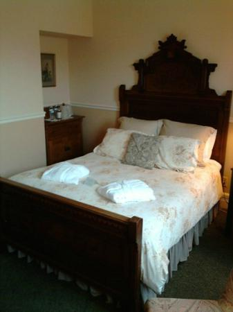 Washington House Inn: Queen bed had nice linens but seriously uncomfortable and old