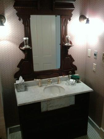 Washington House Inn: Bathroom vanity