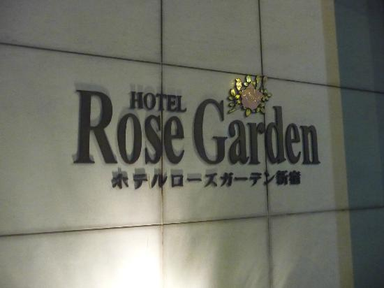 Hotel Rose Garden Shinjuku: Outside of hotel at night.