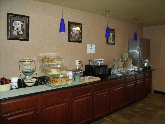 Quality Inn and Suites Airpark East: Breakfast Area1