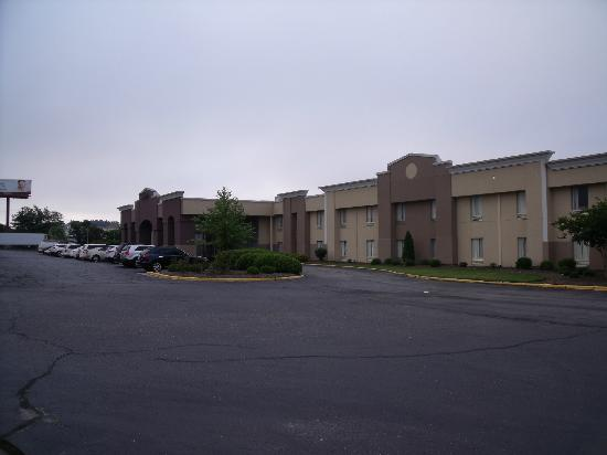 Quality Inn and Suites Airpark East: Hotel Front