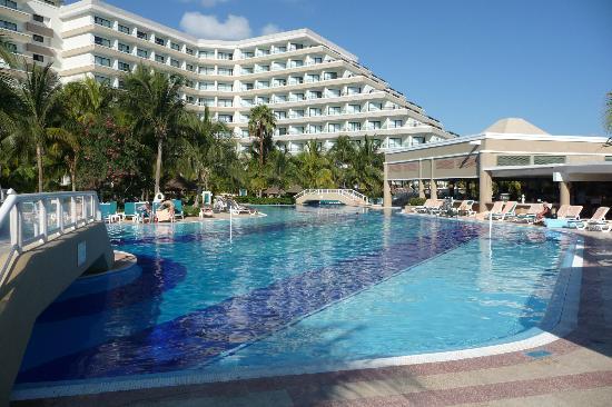 Hotel Riu Caribe: Piscina