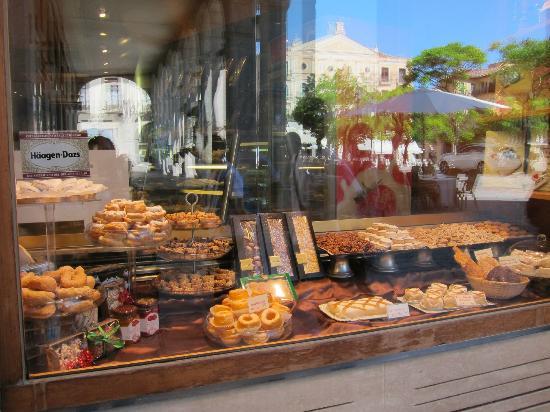Pasteleria Limon y Menta: nice variety of pastries