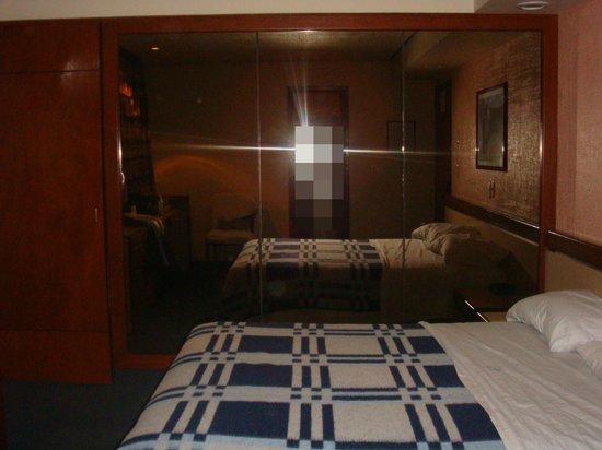 Hotel Manalba: habitación con cama matrimonial y almohadas muy cómodas (habitación 404)