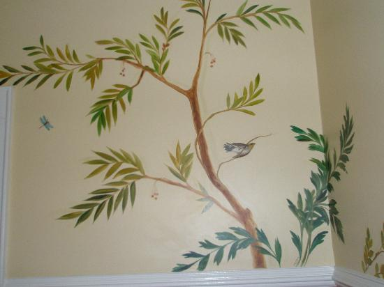 The Verandas: Lovely murals in our bath!