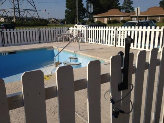 Econo Lodge Pensacola: Another view of the empty, cracked pool.