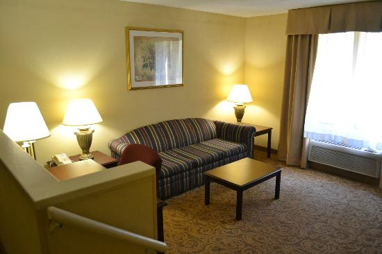 Sturbridge Host Hotel & Conference Center: Sitting area of room 311
