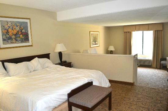 Sturbridge Host Hotel & Conference Center: Bedroom area of room 311