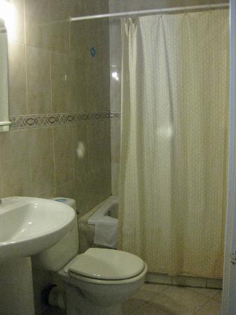Hostal Adriano: Bathroom