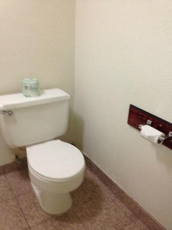 Motel 6 Merced: Spacious bathroom
