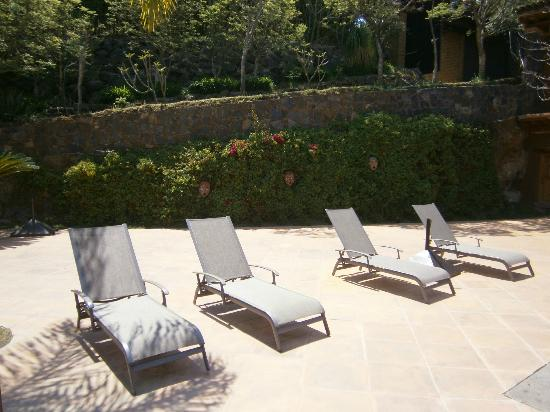 Hacienda Ucazanaztacua: Sunbeds next to the pool