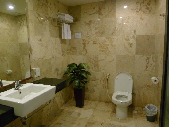 Dekuta Hotel: Room 102 's bath room
