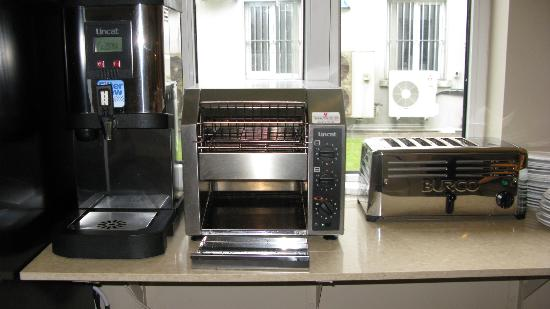 Kinlay Hostel Galway: Hot water for tea and toasters