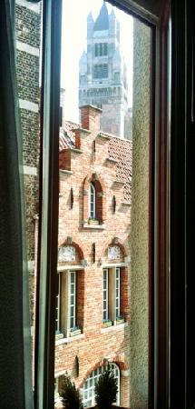 Hotel Groeninghe: vue de notre chambre du 1er étage. il paraît que la cue du 3e donne sur la ville entière et ses