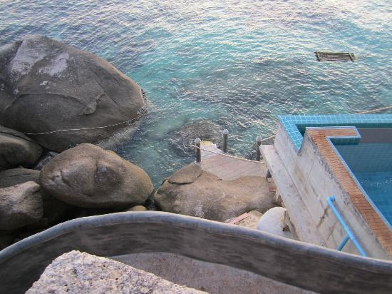 Koh Tao Bamboo Huts: Possible to go swim to the ocean straight from the room.. They have stairs to down.