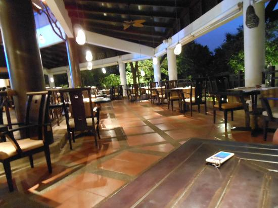 Rawi Warin Resort & Spa: restaurant