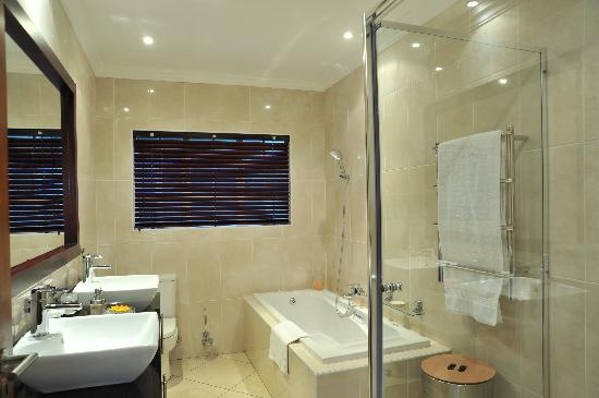 Gallo Manor Country Lodge: Deluxe En-suite bathroom