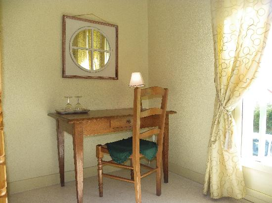 chambre marron - Picture of Les Malvaux, Huriel - TripAdvisor