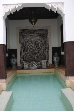 Riad Charme d'Orient: Piscine avec sa mosaique
