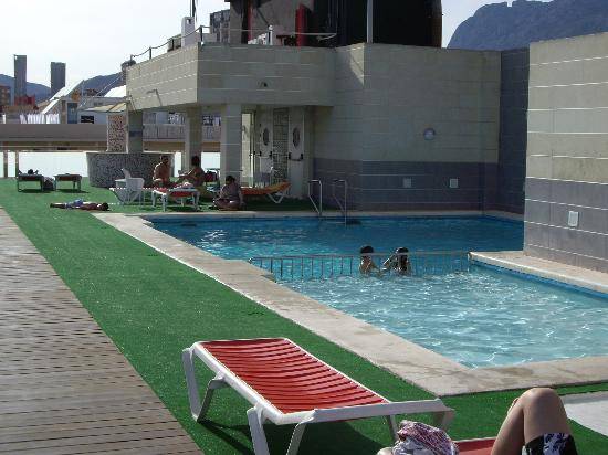 Rea de la piscina picture of hotel oasis plaza for Piscina climatizada benidorm