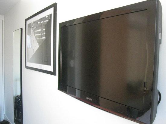 Pensione Hotel Perth: TV, print and mirror