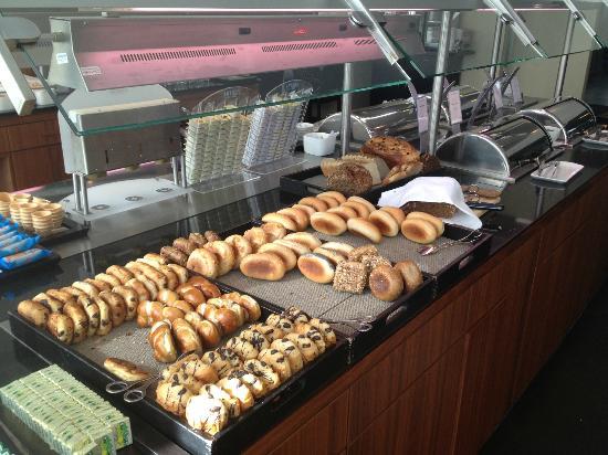 NH Duesseldorf City Nord: breakfast
