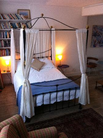 122 Great Titchfield Street B&B: B & B Rm 3 with four poster bed