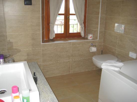 Hotel Cascina Canova: Un coin de la salle de bain