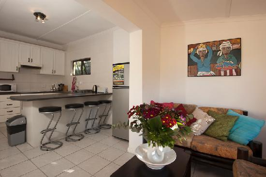 Hermanus Backpackers: Little Cottage, Kitchen & Lounge